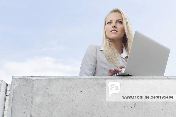 Geschäftsfrau  sehen  Notebook  Himmel  jung  wegsehen  Reise  Terrasse