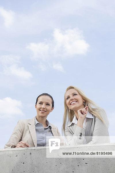 niedrig  stehend  Geschäftsfrau  Fröhlichkeit  sehen  Himmel  Ansicht  jung  Flachwinkelansicht  wegsehen  Reise  Terrasse  Winkel