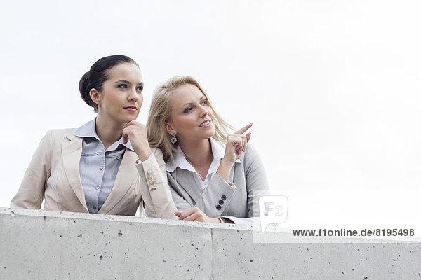niedrig  stehend  zeigen  Geschäftsfrau  Fröhlichkeit  Kollege  Himmel  Ansicht  jung  Flachwinkelansicht  Terrasse  Winkel