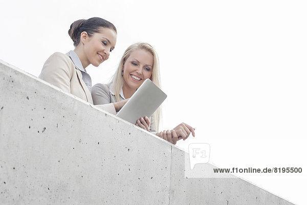 niedrig  benutzen  Geschäftsfrau  Himmel  Büro  Ansicht  jung  Flachwinkelansicht  Tablet PC  Terrasse  Winkel