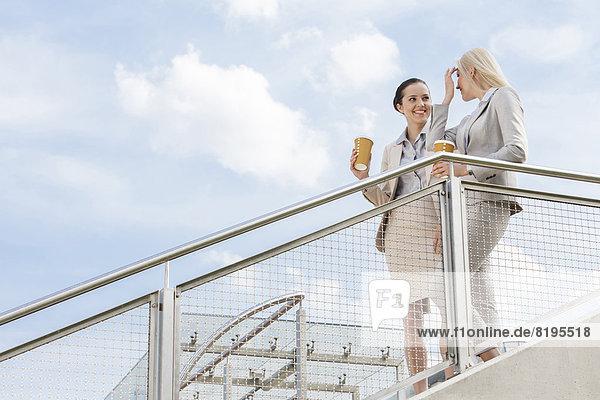 stehend  Geschäftsfrau  Tasse  Himmel  jung  Kaffee  Geländer  Wegwerfartikel