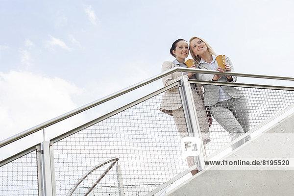niedrig  stehend  Geschäftsfrau  Tasse  Himmel  Ansicht  jung  Flachwinkelansicht  Kaffee  Geländer  Winkel  Wegwerfartikel