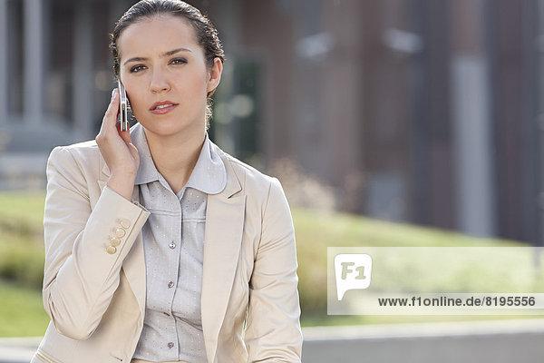 Außenaufnahme  benutzen  Portrait  Geschäftsfrau  Handy  Telefon  jung  Hoffnung  freie Natur
