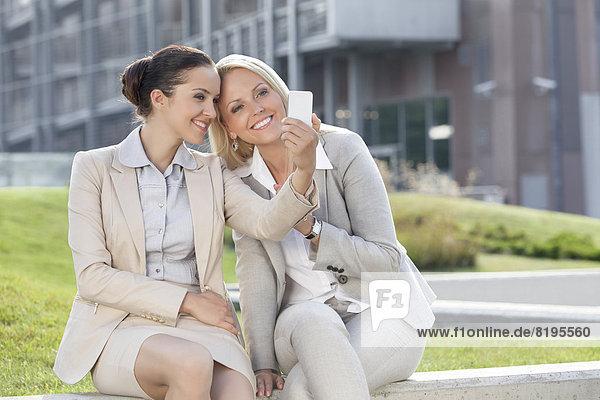 Portrait  Geschäftsfrau  Handy  Fröhlichkeit  nehmen  Gebäude  Telefon  Büro  jung  Einsamkeit