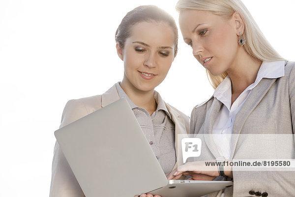 durchsichtig  transparent  transparente  transparentes  benutzen  Geschäftsfrau  Notebook  Himmel  jung