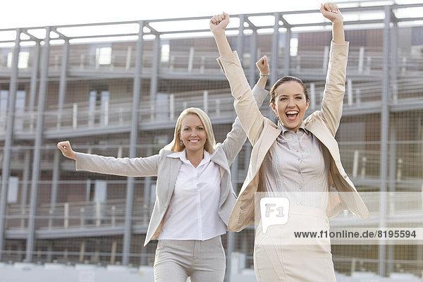 Geschäftsfrau  Begeisterung  heben  Gebäude  Büro  jung