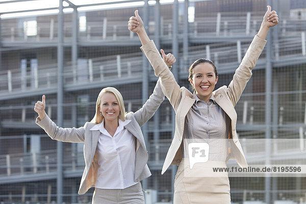 hoch,  oben , Geschäftsfrau , gestikulieren , Begeisterung , Gebäude , Büro , jung , Menschlicher Daumen,  Menschliche Daumen