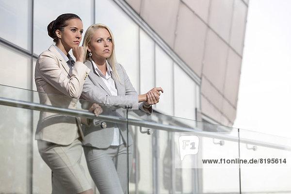 Geschäftsfrau  sehen  Büro  jung  wegsehen  Reise  Geländer