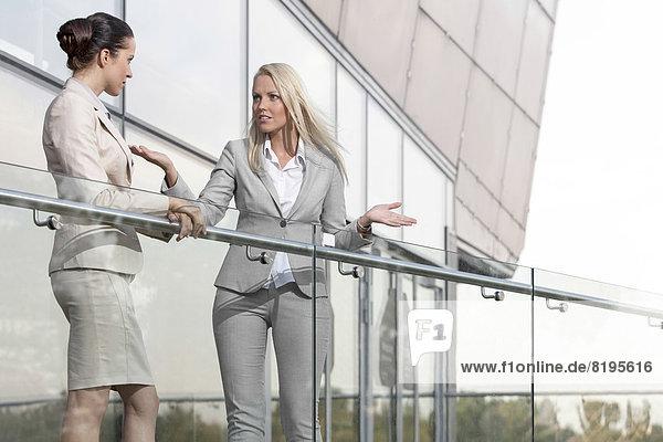 Geschäftsfrau  Kollege  Konflikt  Balkon  Büro  jung