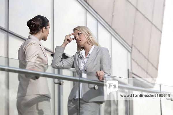 Geschäftsfrau  Kollege  Konflikt  Büro  jung  Geländer