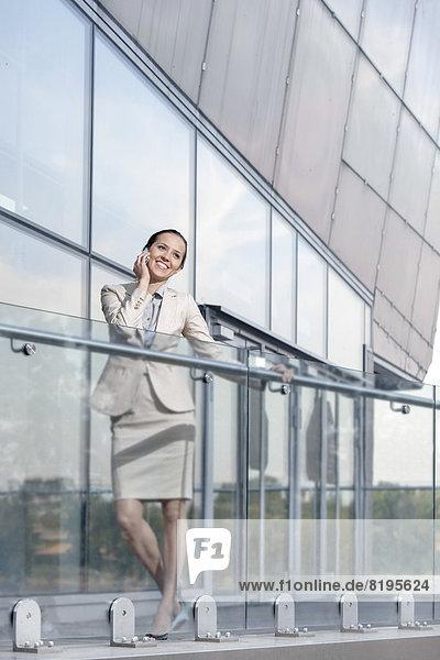 benutzen  Geschäftsfrau  Fröhlichkeit  Telefon  Balkon  Büro  jung  Länge  Handy  voll