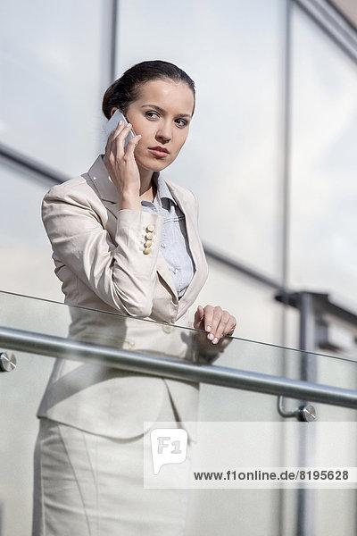 benutzen  Geschäftsfrau  Schönheit  Telefon  Büro  jung  Geländer  schlau