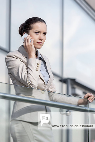 benutzen  Geschäftsfrau  ernst  Telefon  Büro  jung  Geländer  schlau