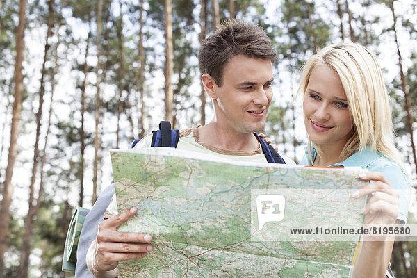 Fröhlichkeit  Wald  Landkarte  Karte  jung  Backpacker  vorlesen