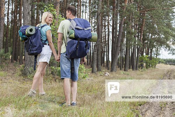 Ländliches Motiv  ländliche Motive  halten  wandern  Rückansicht  Ansicht  jung  Länge  voll