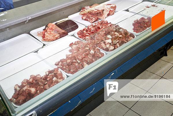Rotes Fleisch in Auslage im Supermarkt