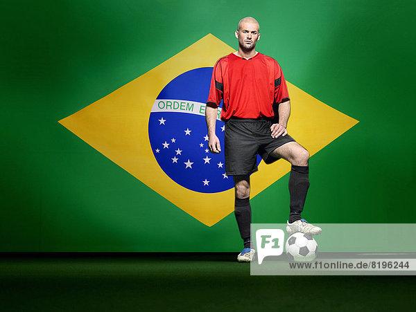 stehend  Spiel  frontal  Fahne  Fußball  brasilianisch