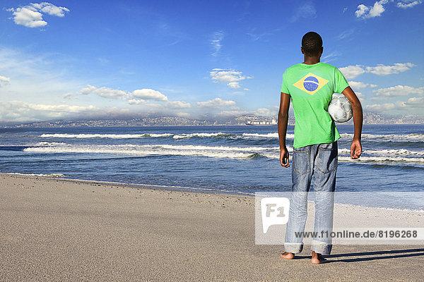 stehend  Mann  Strand  Hemd  Rückansicht  Ansicht  Kleidung  brasilianisch  Football