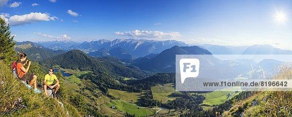 Junges Paar beim Bergwandern in der Osterhorngruppe  Salzburger Land  Österreich