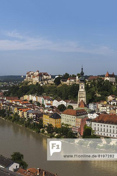 Deutschland  Bayern  Blick auf Burghausen und Pfarrkirche an der Salzach