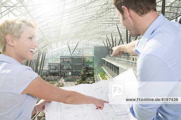 Deutschland  Hannover  Geschäftsleute mit Blaupause