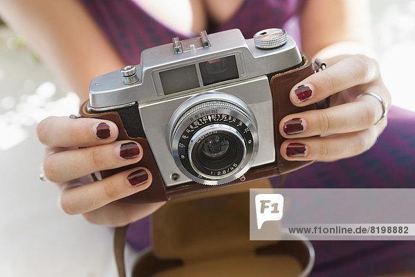 Junge Frau mit Kamera  Nahaufnahme