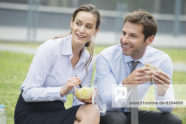 Mitarbeiter beim gemeinsamen Mittagessen im Freien