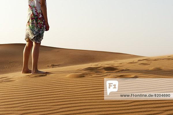 Mädchen barfuß in der Wüste stehend  beschnitten