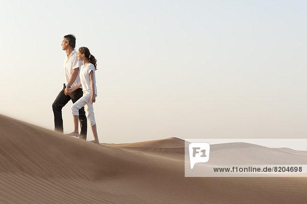 Vater und Tochter wandern in der Wüste