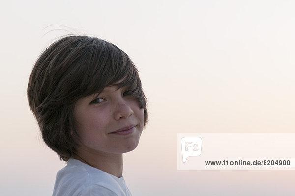 Teenager-Junge schaut über die Schulter  Portrait