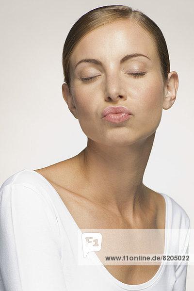 Junge Frau  Augen verhüllt  mit Lippen  Mund und Zunge.