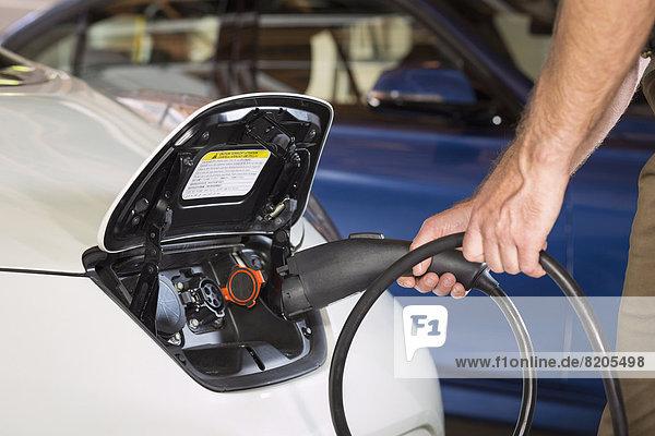 hoch  oben  nahe  Europäer  Mann  Auto  Elektrische Energie  Aufladezeit