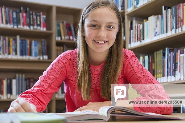 Europäer  lächeln  Bibliotheksgebäude  Student
