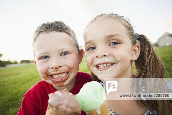 Außenaufnahme  Europäer  Eis  essen  essend  isst  Sahne  freie Natur