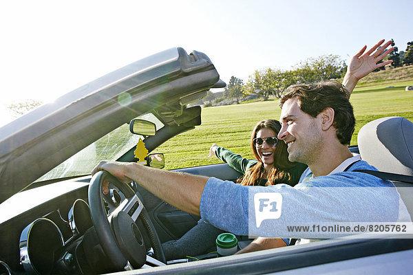 Paar fährt im Cabrio
