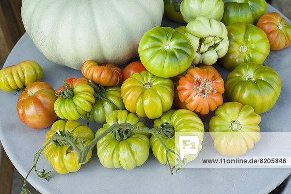 Teller mit Heirloom Tomaten