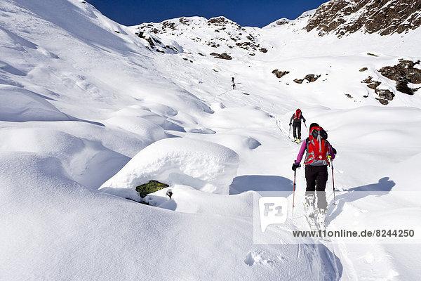 Skitourengeher beim Aufstieg auf die Wurzer Alpenspitz im Ridnauntal oberhalb von Entholz