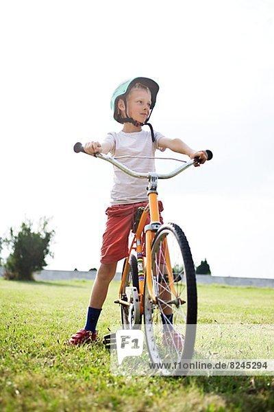Junge - Person  Feld  Fahrrad  Rad