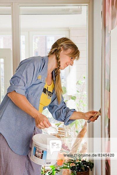 Interior  zu Hause  Frau  Wand  streichen  streicht  streichend  anstreichen  anstreichend  Mittelpunkt  Erwachsener