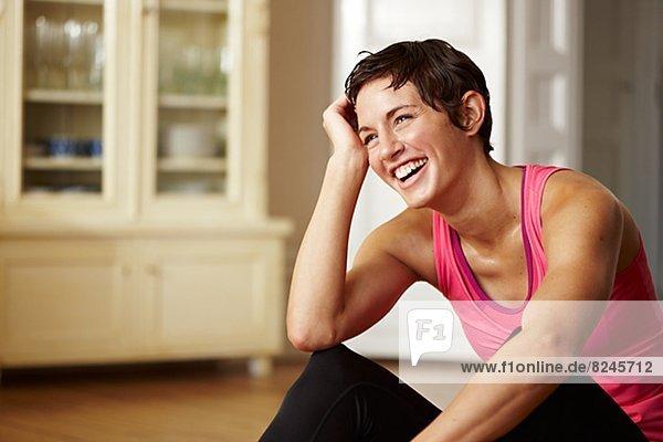 junge Frau junge Frauen lachen Innenaufnahme einer Wohnung