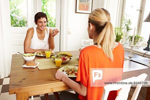 sitzend  Frau  2  jung  Tisch  Frühstück