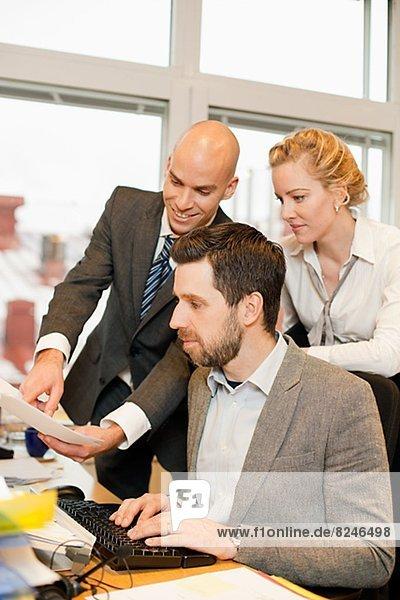 Drei Geschäftsleute arbeiten in office