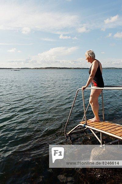 Senior Senioren Frau Leiter Leitern schwimmen