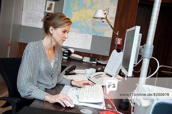 junge Frau  junge Frauen  Berlin  Hauptstadt  arbeiten  Unterstützung  Sekretär  Botschafter  niederländisch  Botschaft Diplomatie  Deutschland