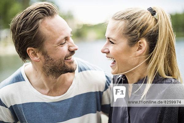 Glückliches Paar lacht im Freien