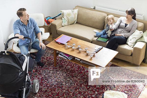 Hochwinkelansicht der Familie im Wohnzimmer