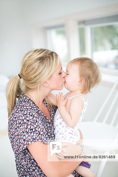 Mutter ihre Tochter küssen