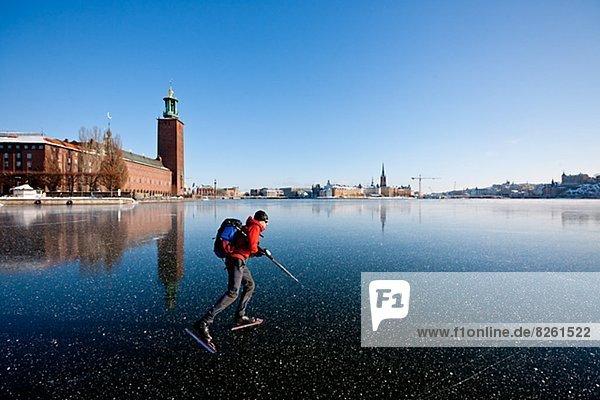Mann Eislaufen