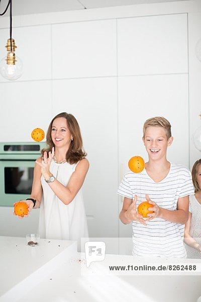 Orange  Orangen  Apfelsine  Apfelsinen  Sohn  Mutter - Mensch  jonglieren