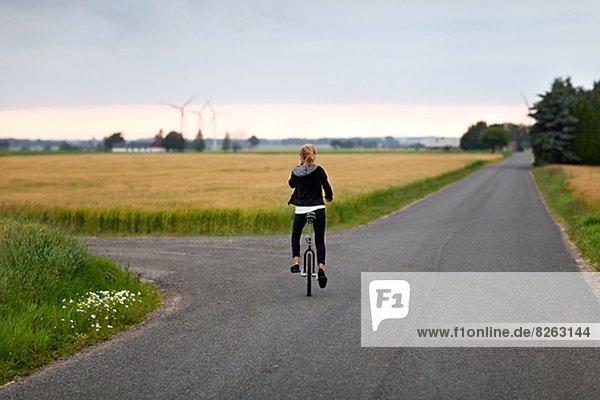 Fernverkehrsstraße  Mädchen  Einrad